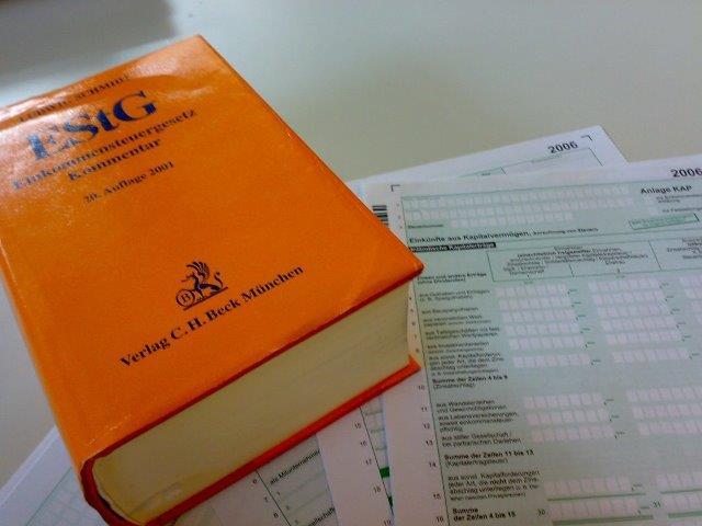 Einkommensteuergesetz-Kommentar auf Steuerformularen